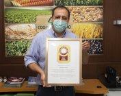 Gelson Corrêa, vice-presidente da Coopertradição recebendo o reconhecimento da Bayer